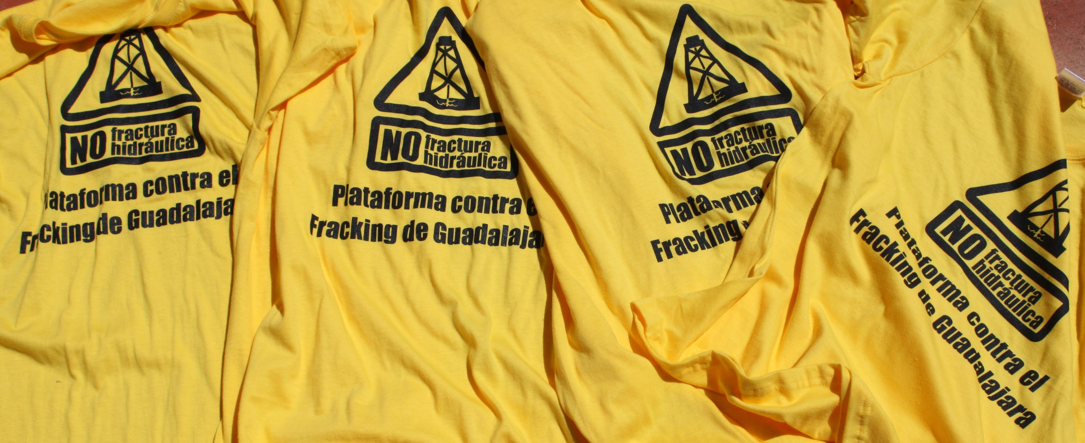 """Camisetas amarillas con el logo y la inscripción """"Plataforma contra el fracking en Guadalajara"""""""